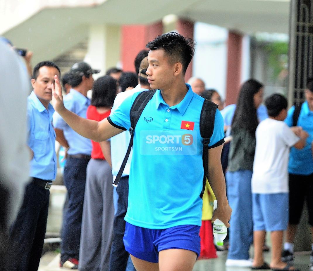 Khoảnh khắc đời thường của tuyển thủ Olympic Việt Nam trên xe buýt - Ảnh 1.