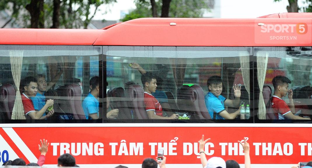 Khoảnh khắc đời thường của tuyển thủ Olympic Việt Nam trên xe buýt - Ảnh 11.