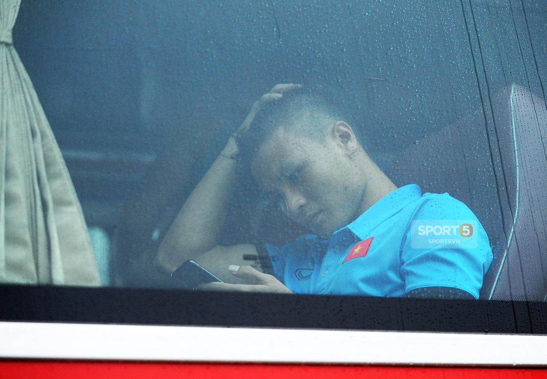 Khoảnh khắc đời thường của tuyển thủ Olympic Việt Nam trên xe buýt - Ảnh 4.