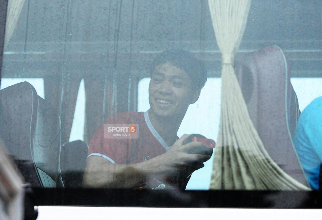 Khoảnh khắc đời thường của tuyển thủ Olympic Việt Nam trên xe buýt - Ảnh 6.