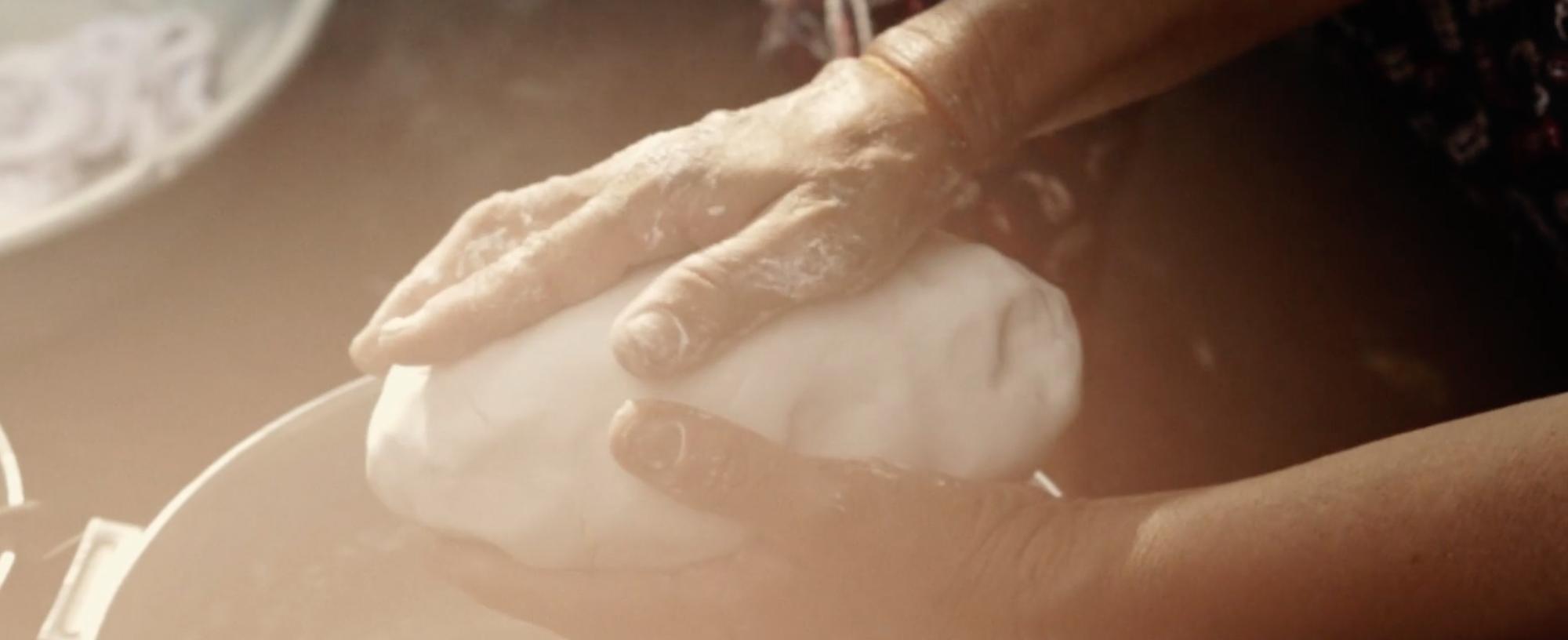 Bàn tay nâng niu cuộc sống