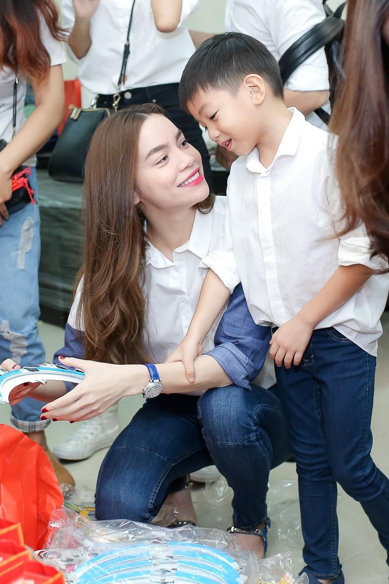 Tròn 8 tuổi với chiều cao vượt trội, Subeo vẫn bé bỏng hôn má mẹ Hà Hồ cực đáng yêu - Ảnh 3.
