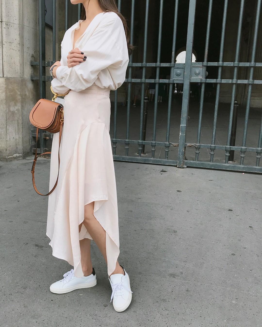 20 gợi ý cho thấy sneakers trắng chính là đôi giày thiên biến vạn hóa đẹp quên sầu với đủ mọi set đồ - Ảnh 17.