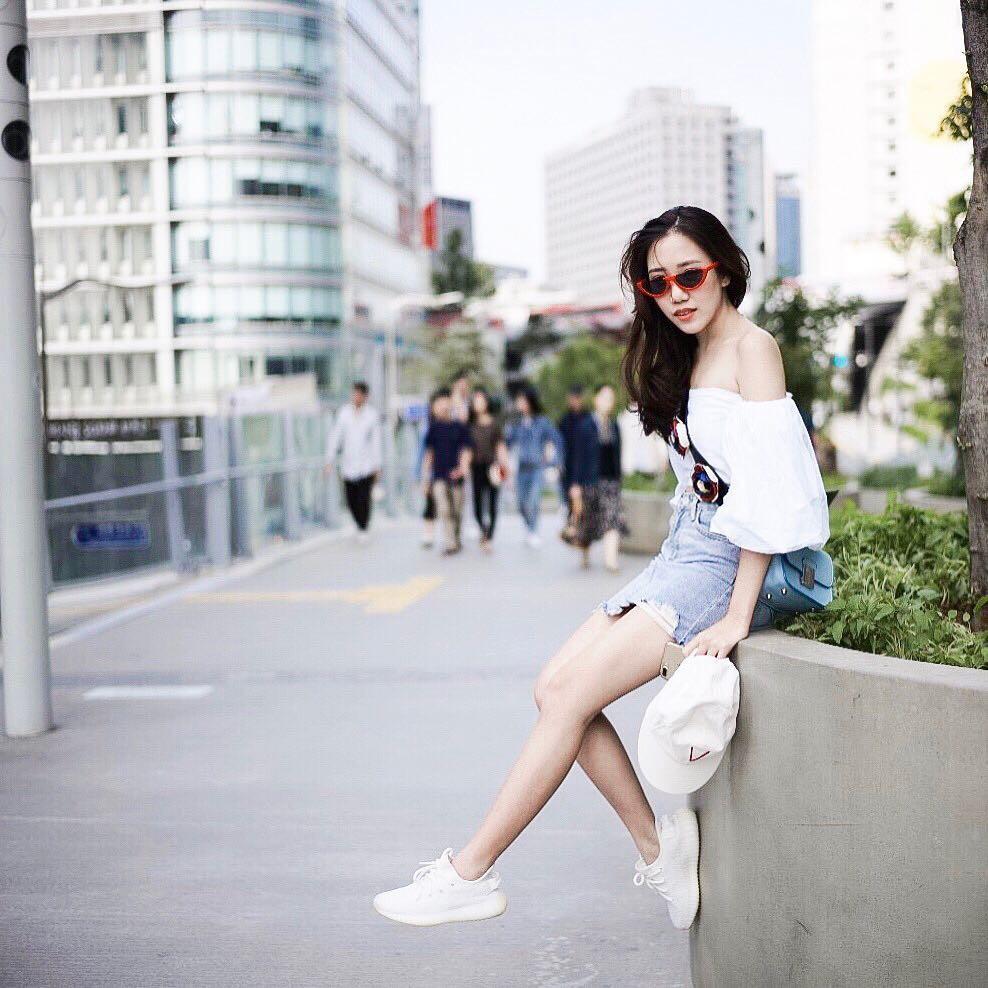 20 gợi ý cho thấy sneakers trắng chính là đôi giày thiên biến vạn hóa đẹp quên sầu với đủ mọi set đồ - Ảnh 8.