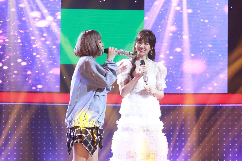 Giọng ải giọng ai: Trấn Thành trìu mến dõi theo màn song ca của Hari Won với thí sinh hát hay - Ảnh 3.
