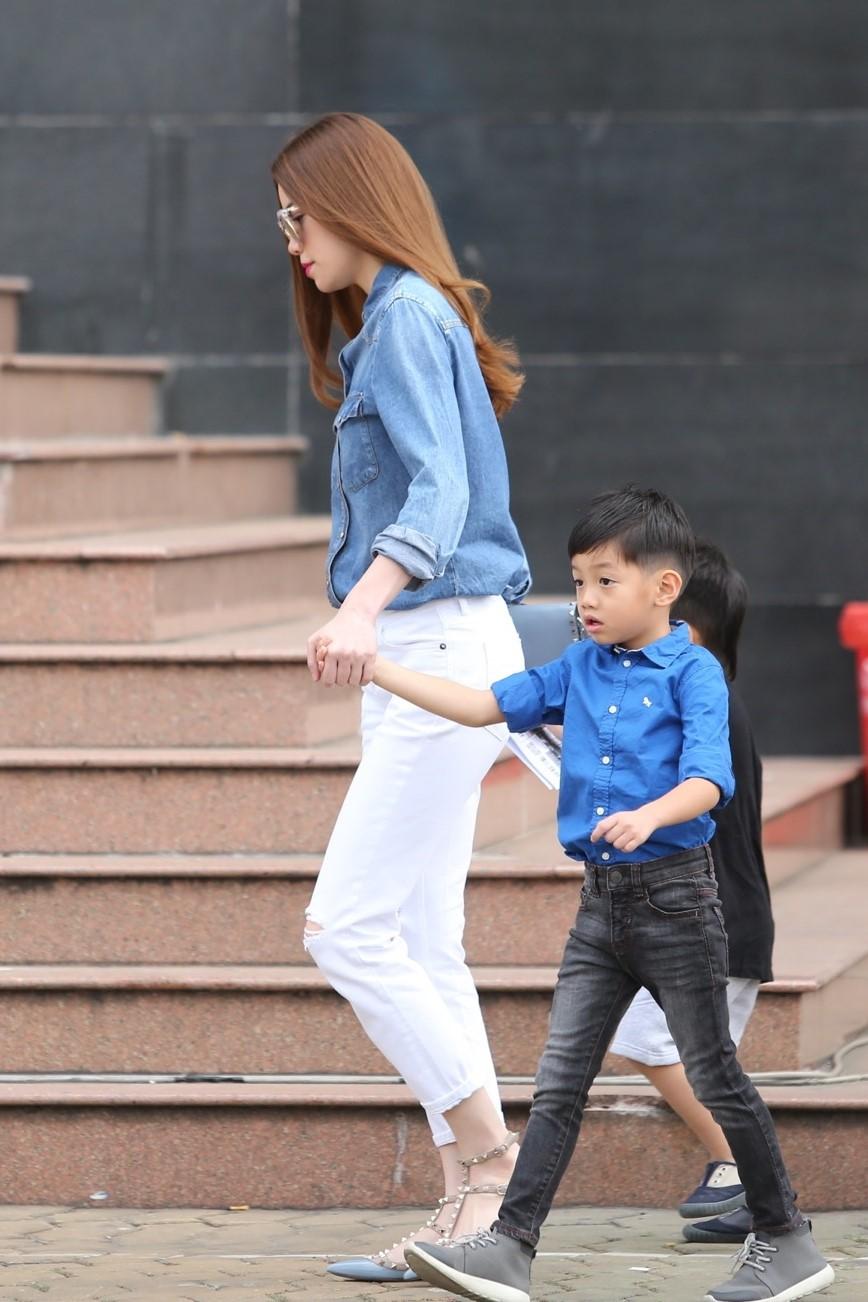 Tròn 8 tuổi với chiều cao vượt trội, Subeo vẫn bé bỏng hôn má mẹ Hà Hồ cực đáng yêu - Ảnh 2.