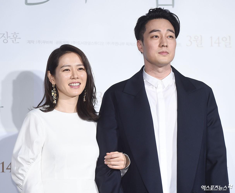 """Cặp """"vợ chồng"""" So Ji Sub và Son Ye Jin tại họp báo """"Be with You""""."""