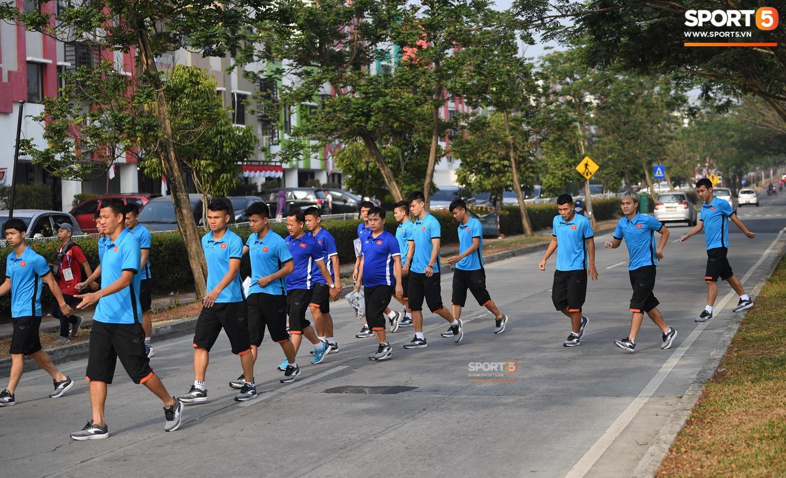 HLV Park Hang Seo cẩn thận cùng ban huấn luyện ngăn xe cho học trò băng qua đường tập luyện - Ảnh 1.