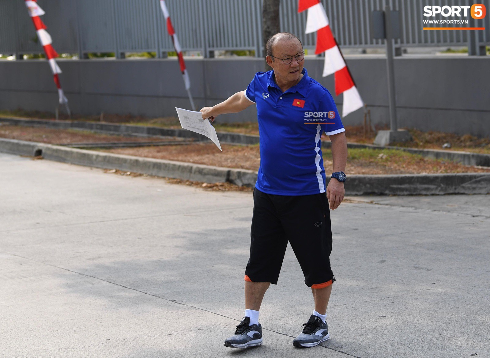 HLV Park Hang Seo cẩn thận cùng ban huấn luyện ngăn xe cho học trò băng qua đường tập luyện - Ảnh 2.