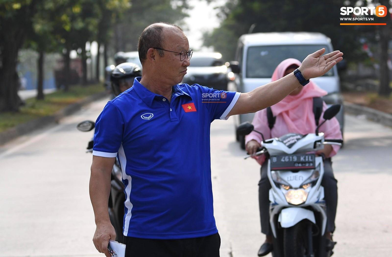 HLV Park Hang Seo cẩn thận cùng ban huấn luyện ngăn xe cho học trò băng qua đường tập luyện - Ảnh 3.