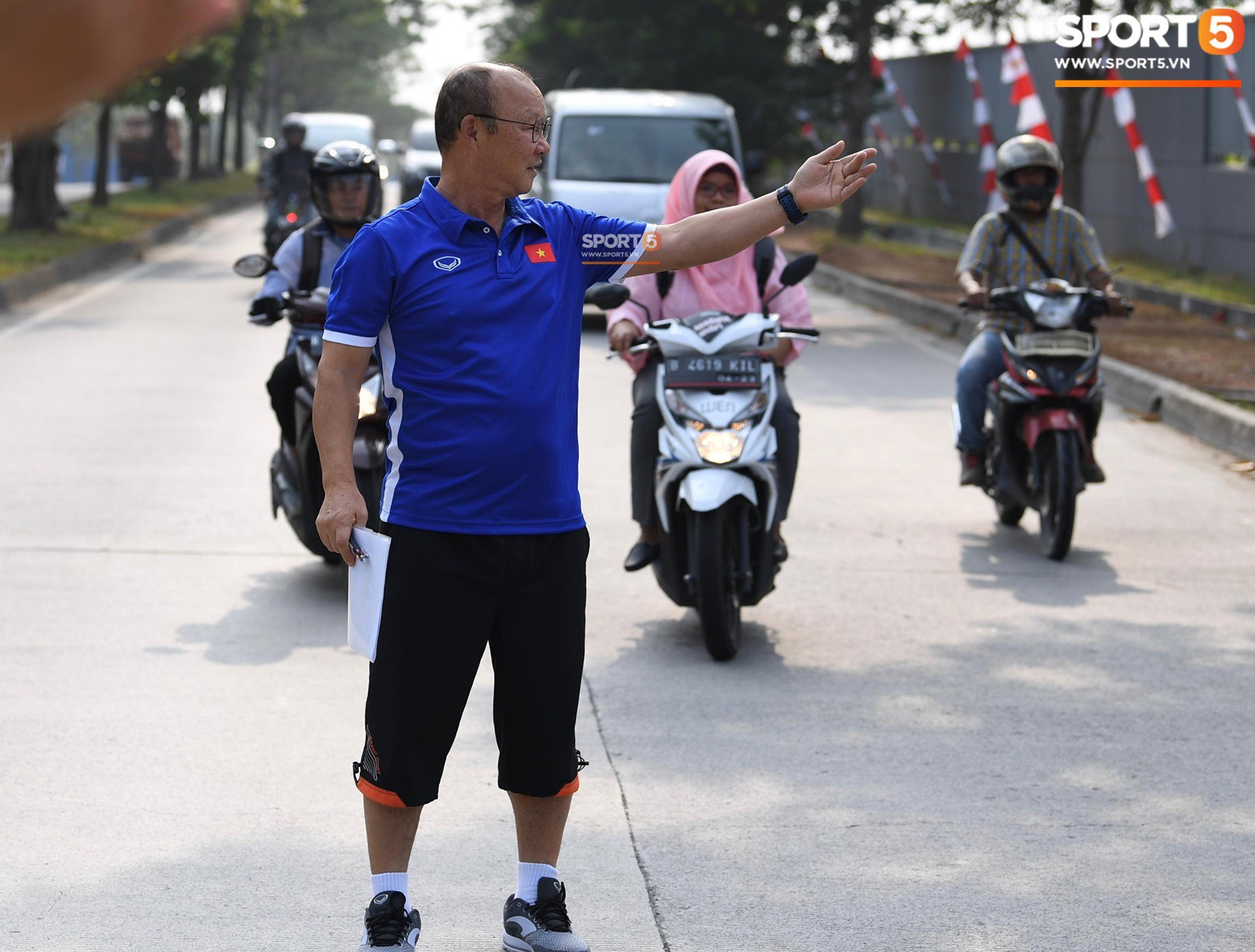 HLV Park Hang Seo cẩn thận cùng ban huấn luyện ngăn xe cho học trò băng qua đường tập luyện - Ảnh 4.