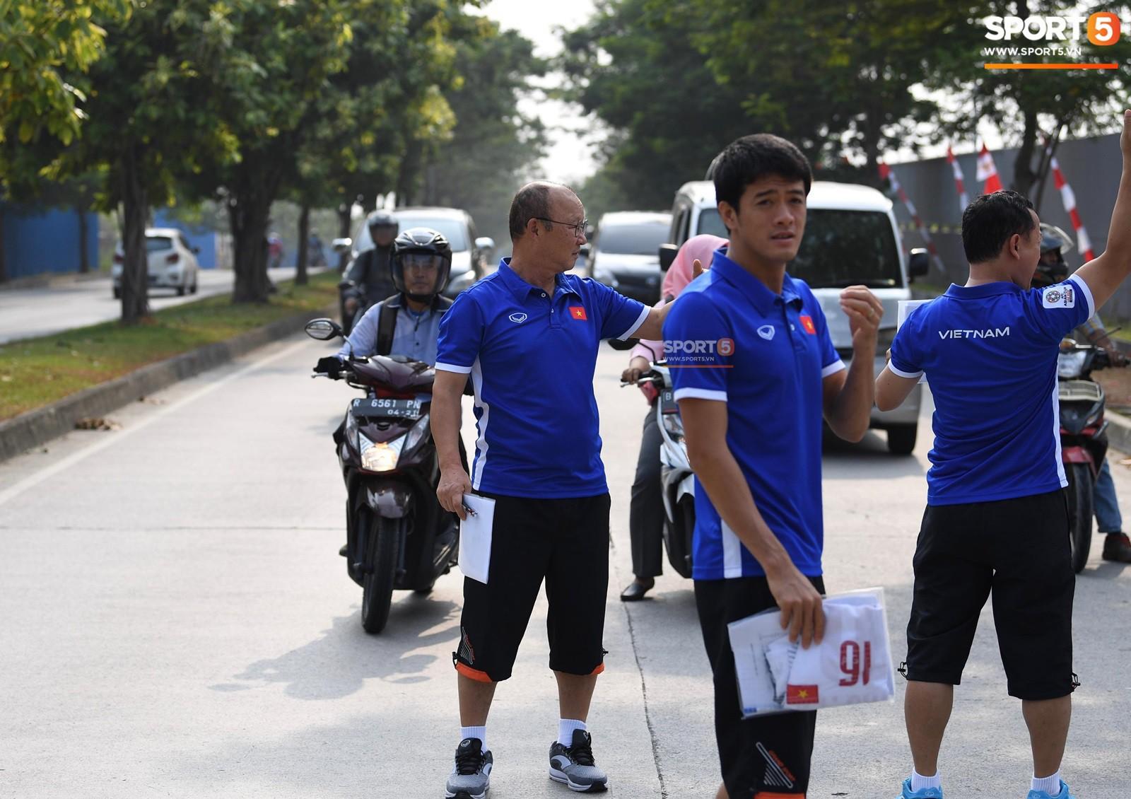 HLV Park Hang Seo cẩn thận cùng ban huấn luyện ngăn xe cho học trò băng qua đường tập luyện - Ảnh 5.