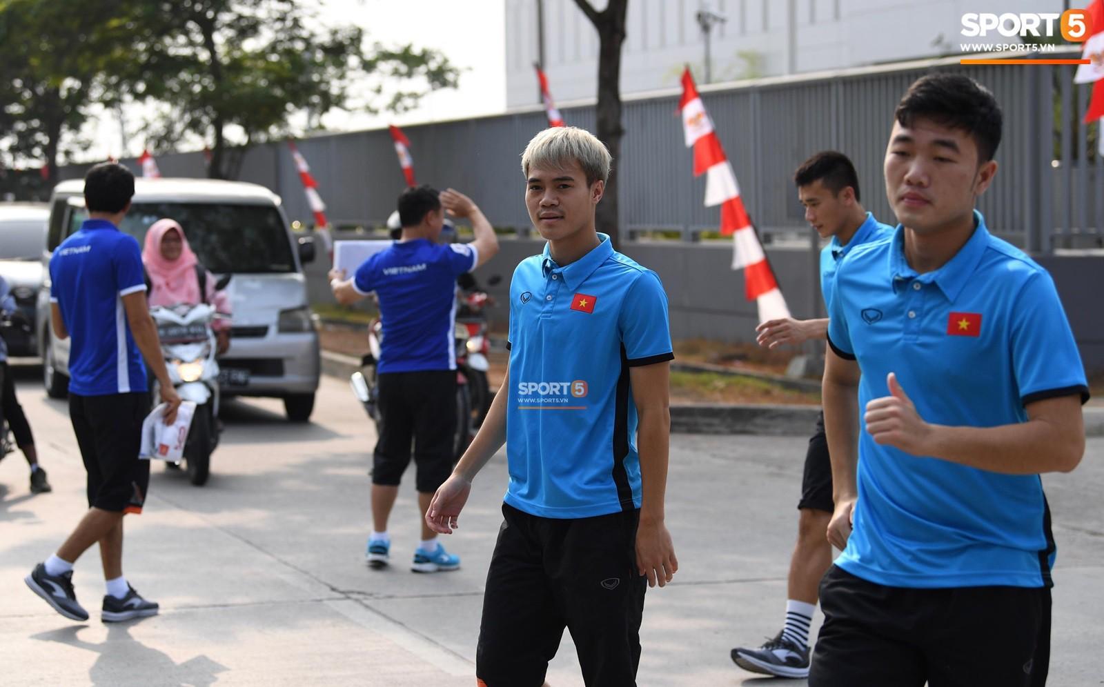 HLV Park Hang Seo cẩn thận cùng ban huấn luyện ngăn xe cho học trò băng qua đường tập luyện - Ảnh 6.
