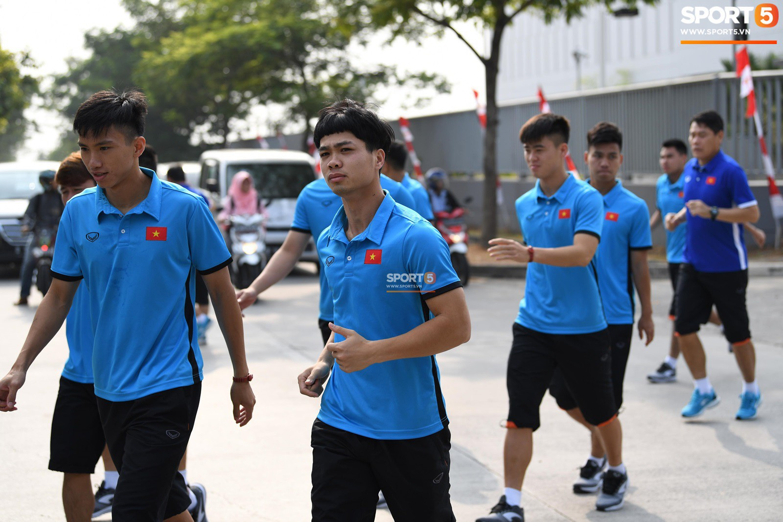 HLV Park Hang Seo cẩn thận cùng ban huấn luyện ngăn xe cho học trò băng qua đường tập luyện - Ảnh 7.