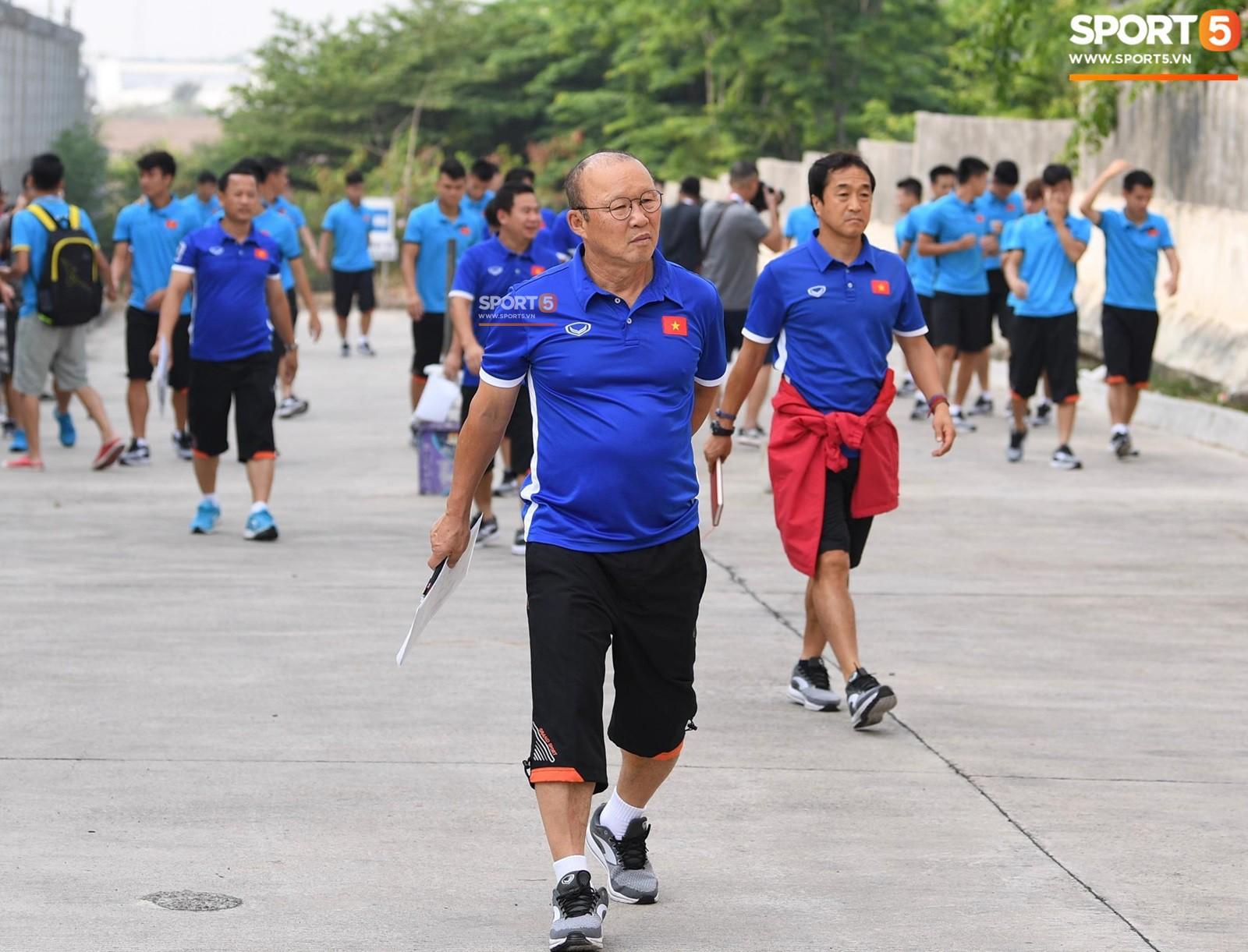 HLV Park Hang Seo cẩn thận cùng ban huấn luyện ngăn xe cho học trò băng qua đường tập luyện - Ảnh 8.