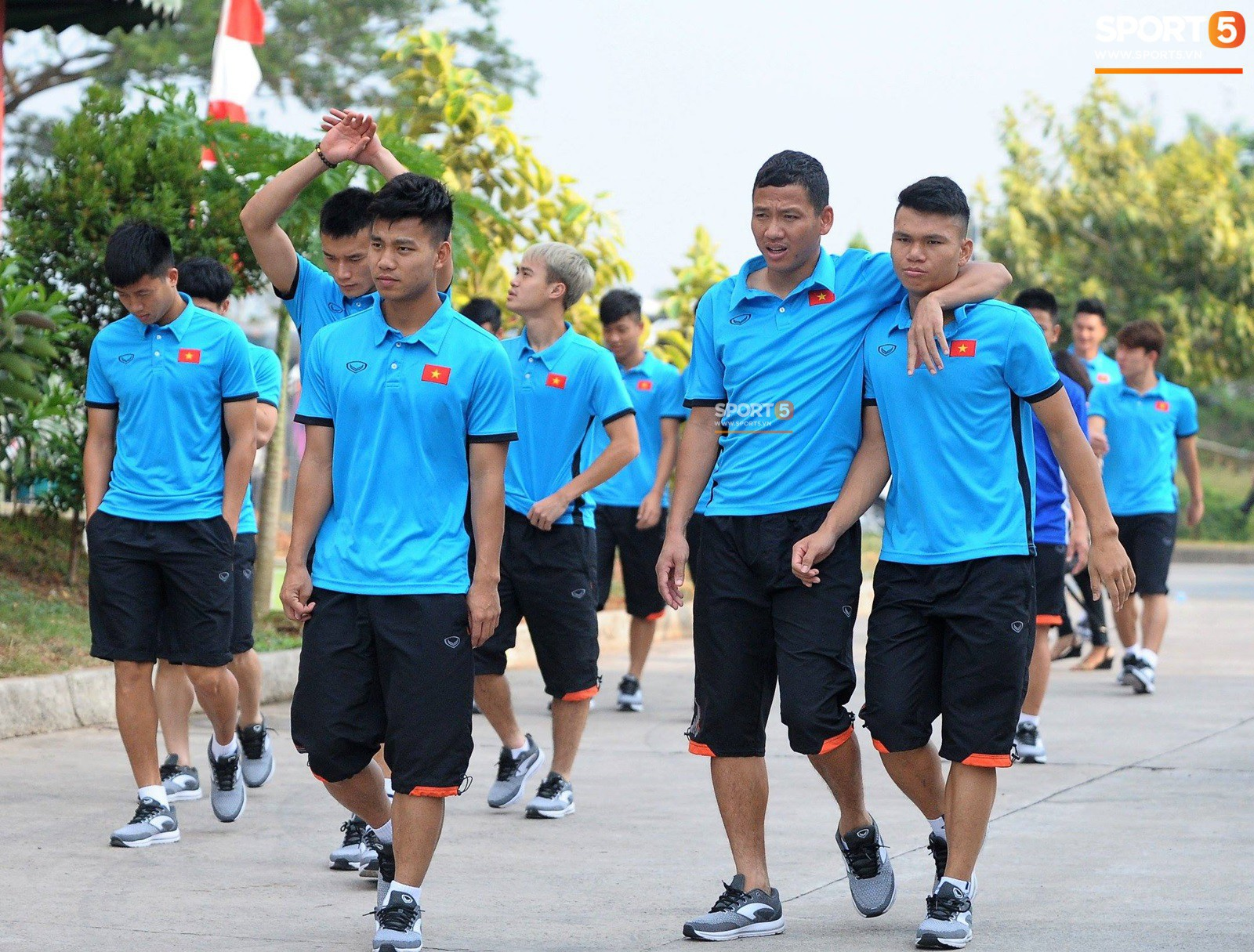 HLV Park Hang Seo cẩn thận cùng ban huấn luyện ngăn xe cho học trò băng qua đường tập luyện - Ảnh 9.
