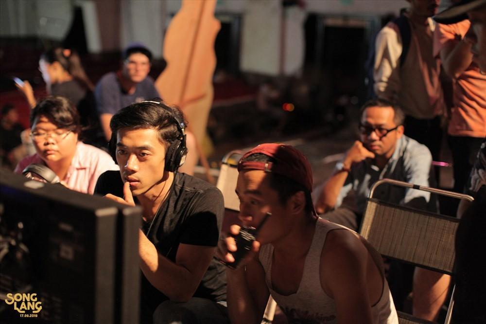 Đạo diễn Leon Lê trên trường quay