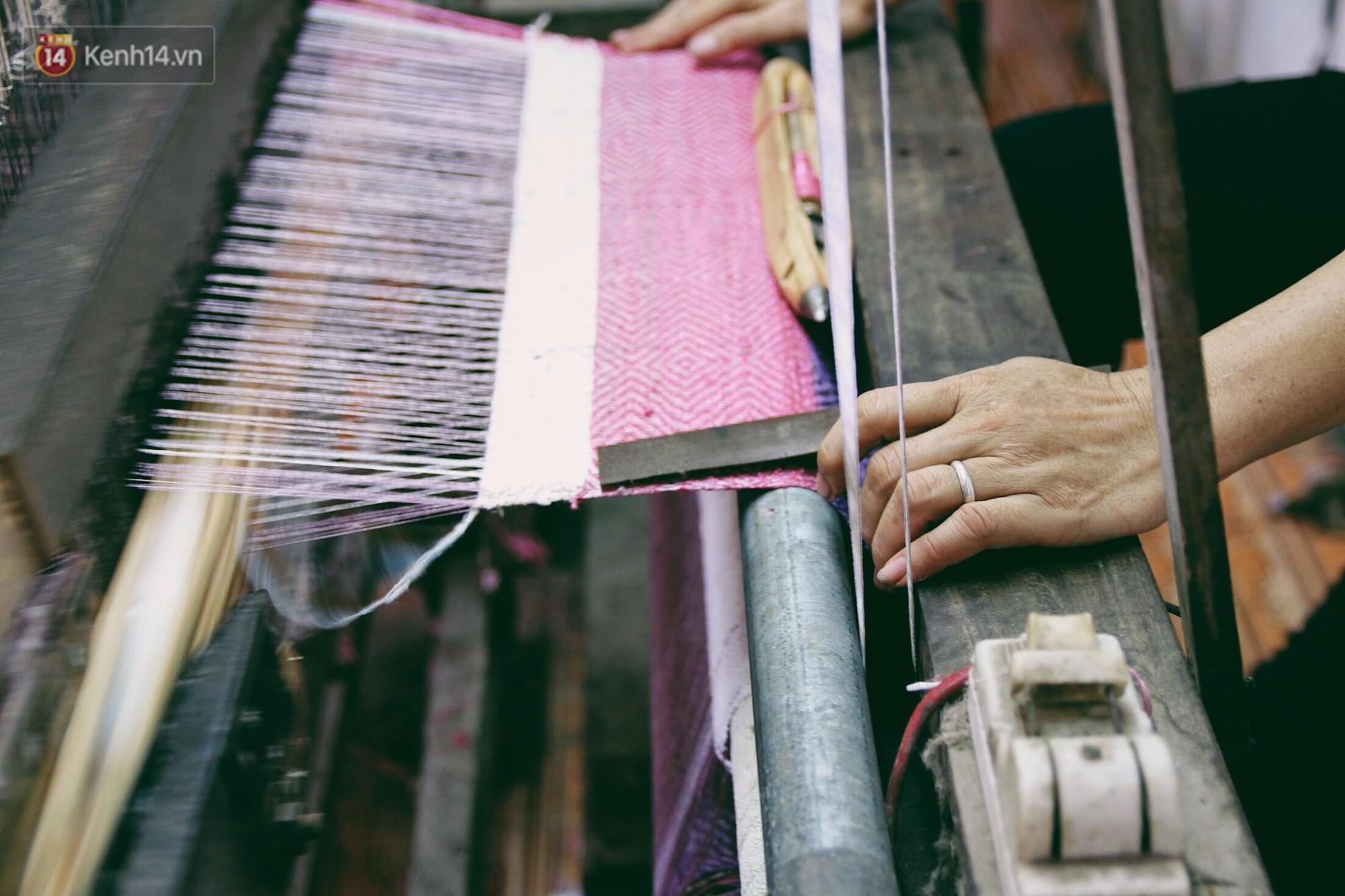 Người phụ nữ Hà Nội đầu tiên dệt lụa từ tơ sen: 4.800 cuống sen cho một chiếc khăn quàng cổ dài 1,7 mét - Ảnh 15.