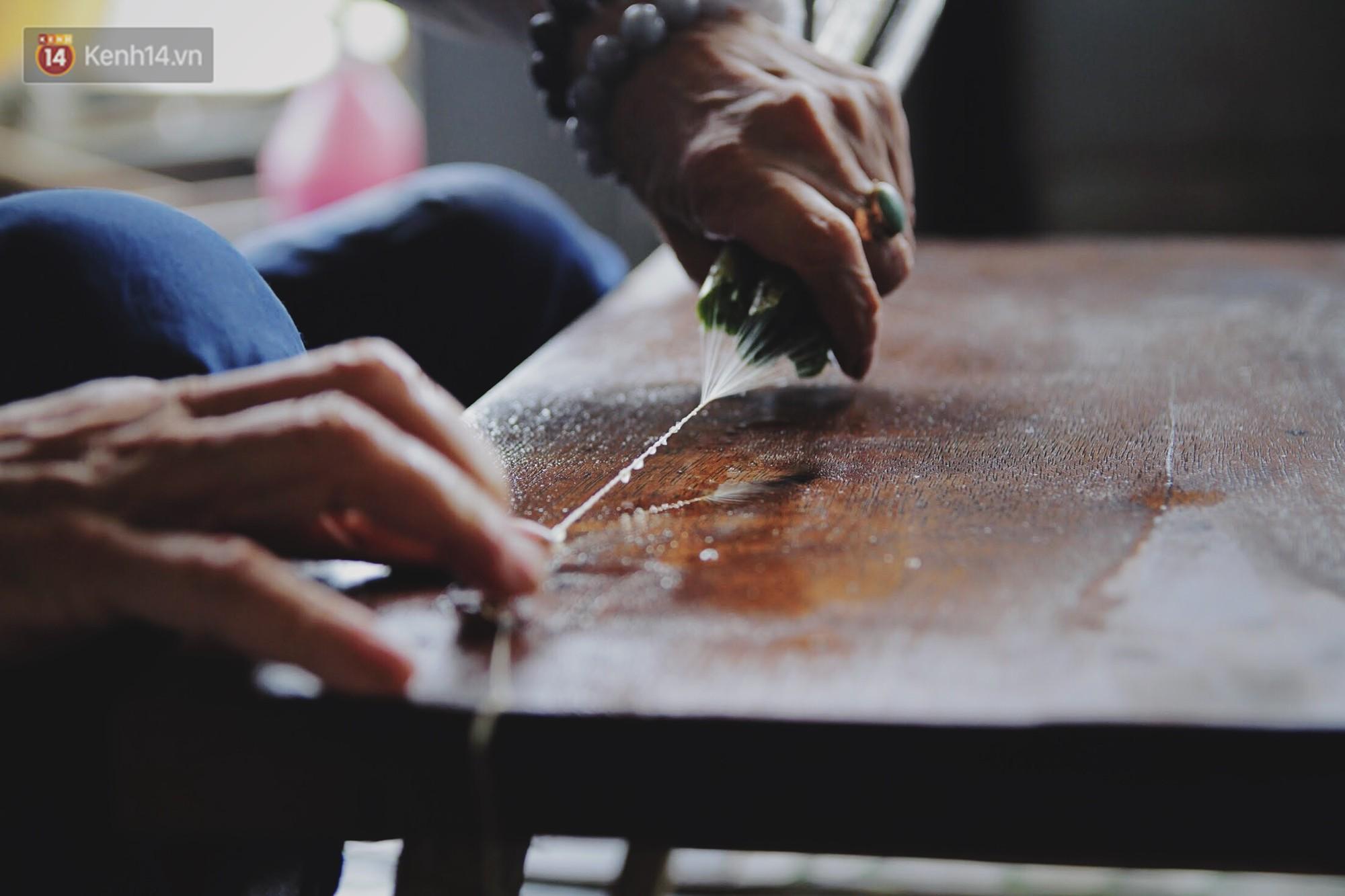 Người phụ nữ Hà Nội đầu tiên dệt lụa từ tơ sen: 4.800 cuống sen cho một chiếc khăn quàng cổ dài 1,7 mét - Ảnh 11.