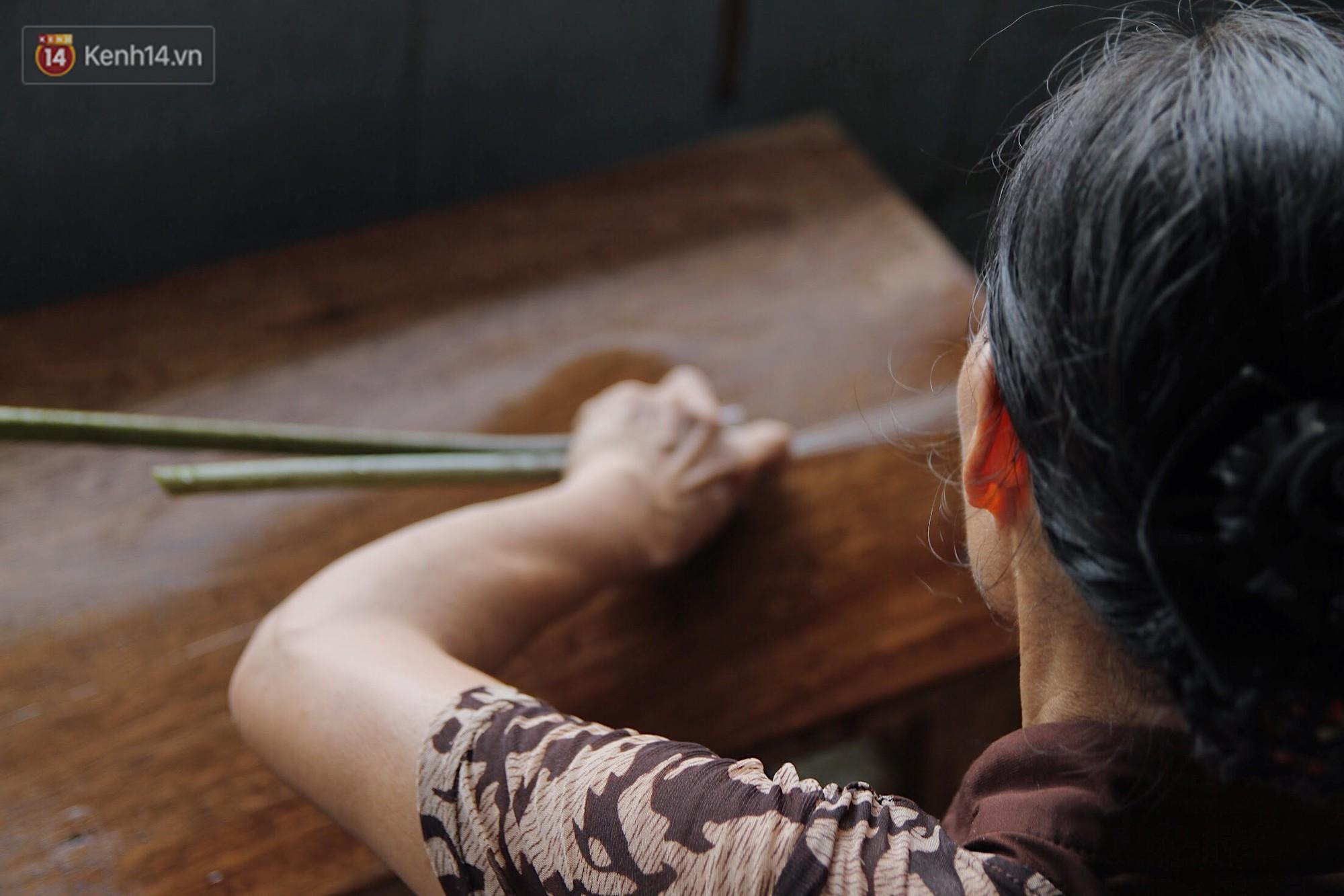 Người phụ nữ Hà Nội đầu tiên dệt lụa từ tơ sen: 4.800 cuống sen cho một chiếc khăn quàng cổ dài 1,7 mét - Ảnh 9.