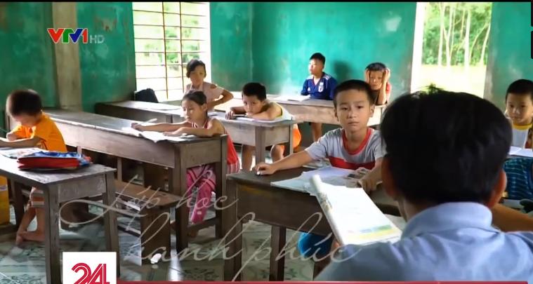 Lớp học hạnh phúc của thầy giáo nghèo ở Thừa Thiên Huế: Đôi chân không lành lặn dẫn bước những đứa trẻ vào đời - Ảnh 2.