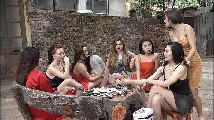 Những cô gái ăn mặc hở hang trong Quỳnh Búp Bê
