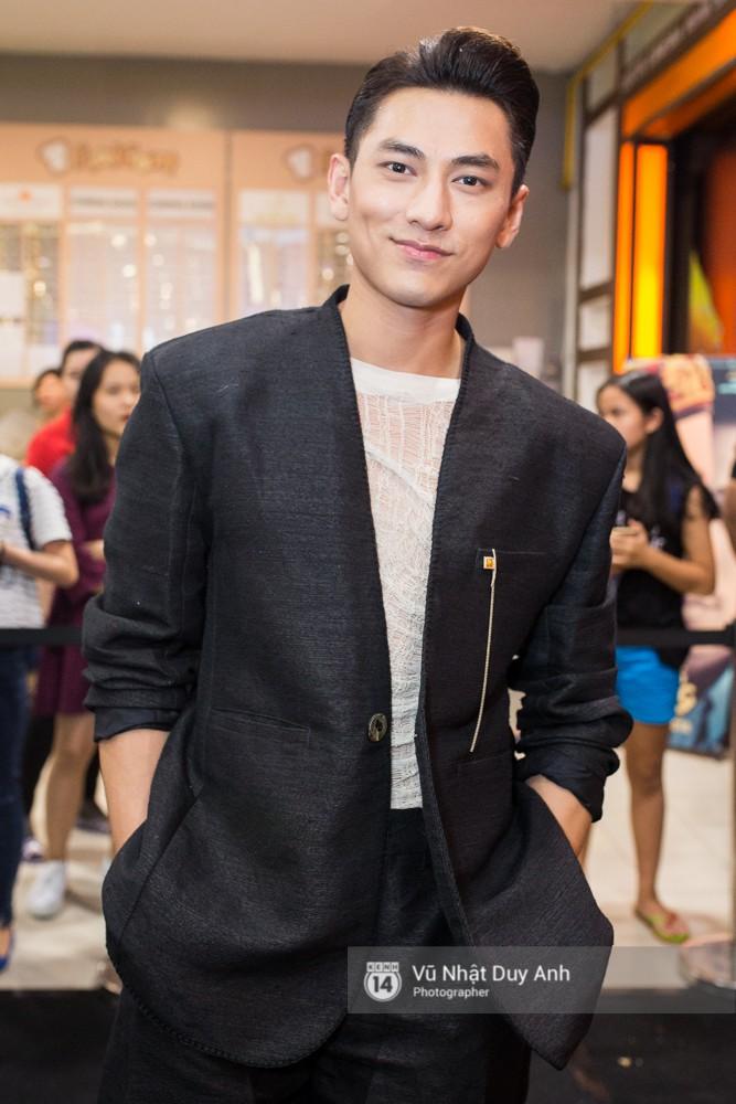 Isaac lịch lãm với vest đen, khác hẳn hình tượng kép hát cải lương trong phim