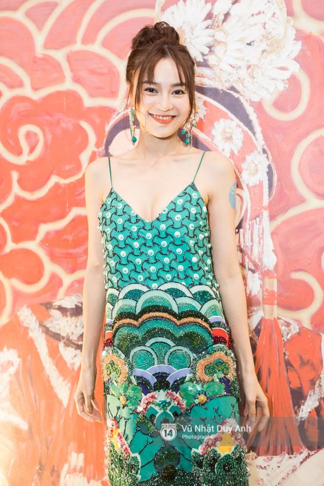 Ninh Dương Lan Ngọc tươi tắn trong bộ váy màu xanh in hoạ tiết, nổi bật giữa sự kiện. Tuy không tham gia phim nhưng Lan Ngọc vẫn đến chúc mừng ekip