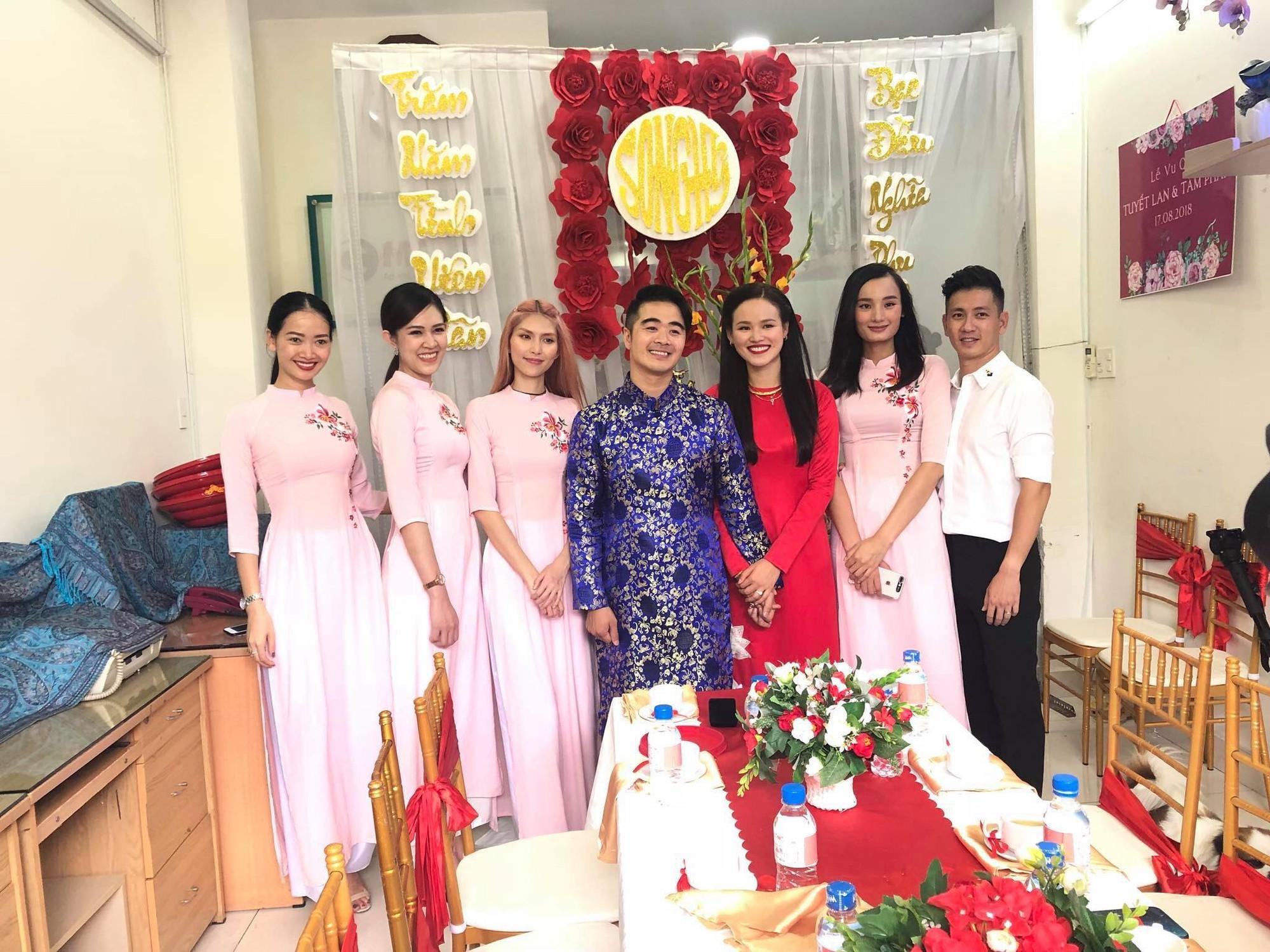 Vợ chồng Lê Thuý và dàn mẫu Next Top xuất hiện trong lễ đám hỏi của Tuyết Lan sáng nay - Ảnh 1.