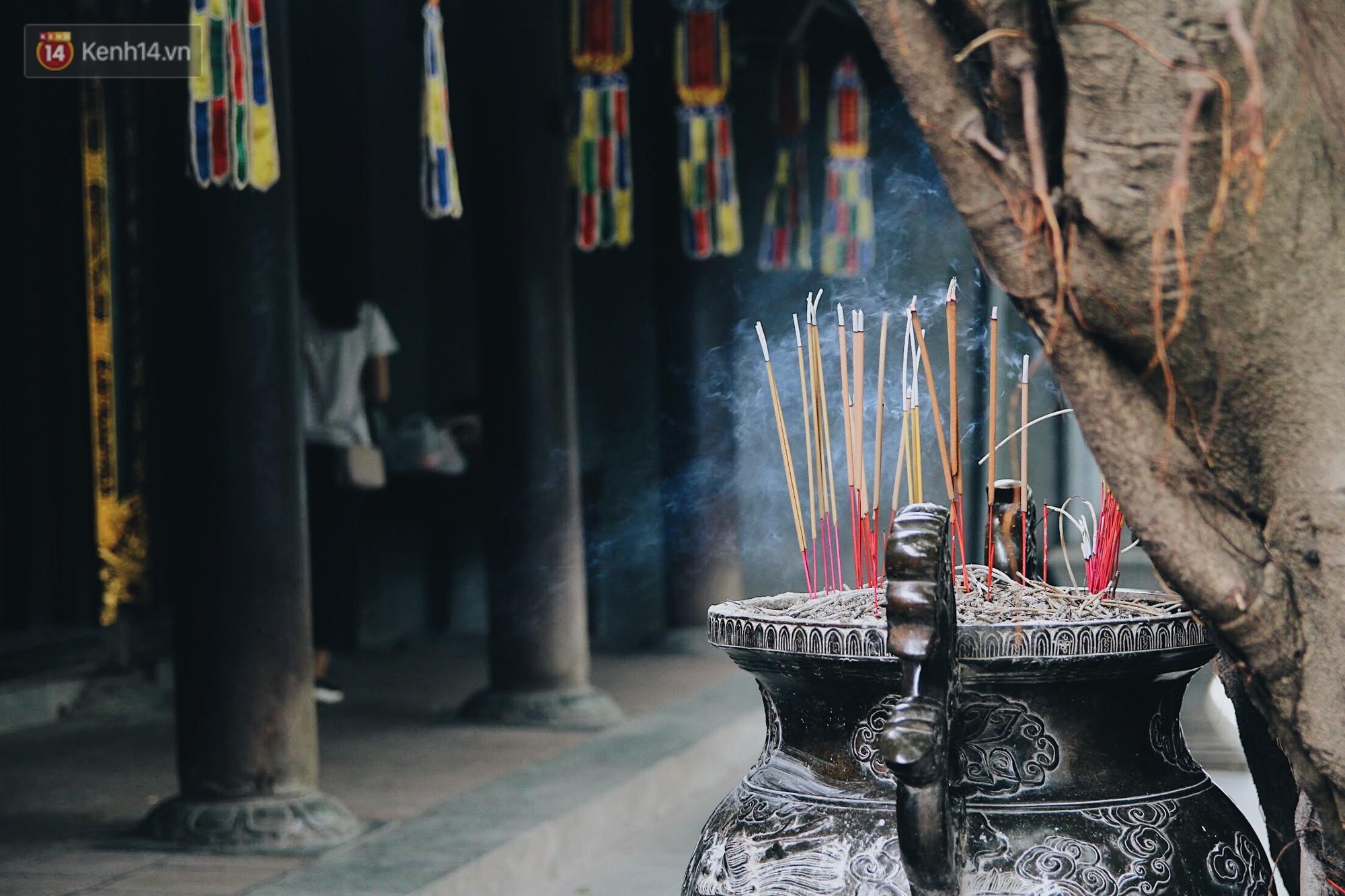 Vào dịp rằm hay mồng 1 đầu tháng, nhiều người Hà Nội đều có thói quen tới chùa Hà cầu bình an.