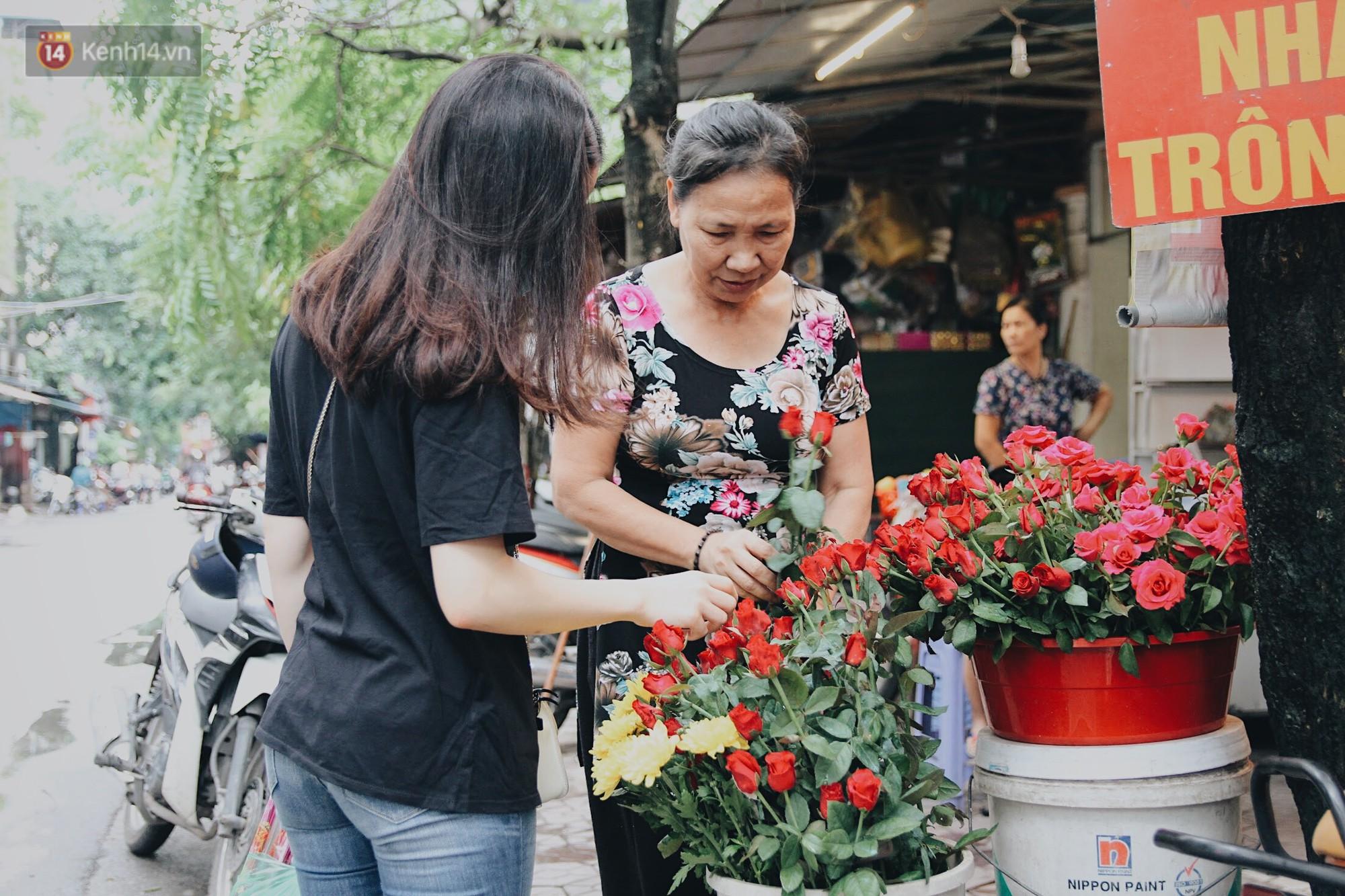Dọc con đường dẫn vào chùa Hà chỉ bán mỗi hoa hồng.