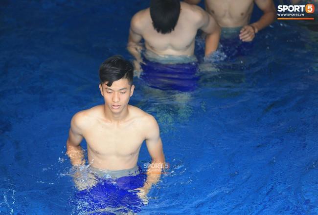 ASIAD 2018: Quang Hải khoe hình xăm, Đình Trọng tập với nước đá - Ảnh 5.