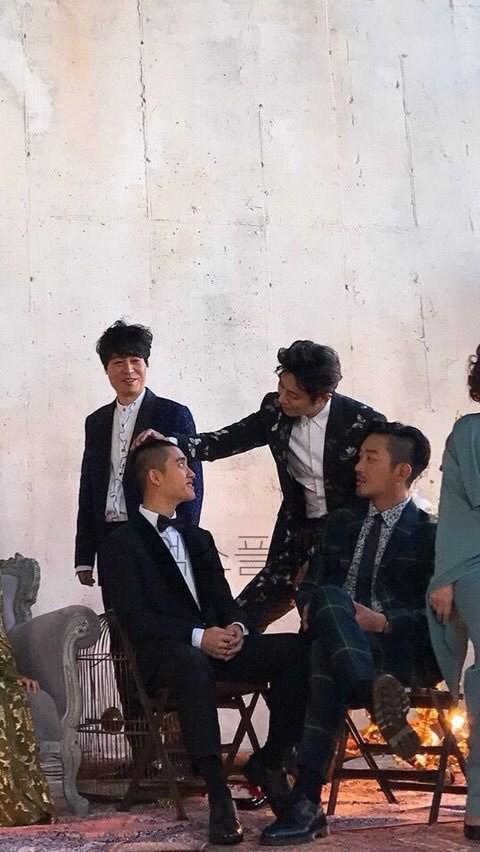 Vừa quay xong, Joo Ji Hoon lập tức xoa má đàn em Jin Se Yeon, người đang rất lo lắng về cảnh hôn này.