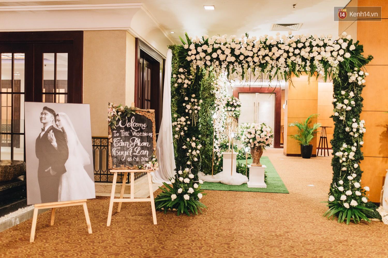 Không gian đám cưới sang trọng, tinh tế như một khu vườn cổ tích trong đám cưới của Tuyết Lan - Ảnh 1.