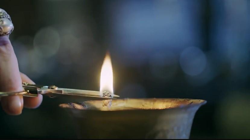Một ngọn đèn nữa lại bị Nhàn Phi cắt đi