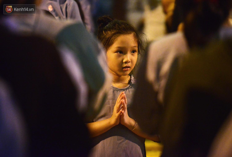 Nhiều người cài hoa trắng bật khóc tại lễ Vu Lan tháng Bảy: Ai còn cha còn mẹ thì vui lắm chứ... - Ảnh 5.