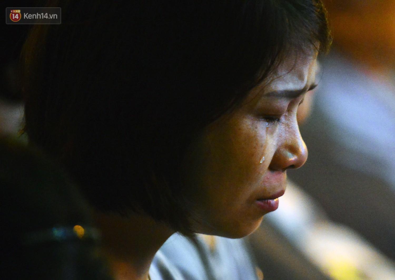Nhiều người cài hoa trắng bật khóc tại lễ Vu Lan tháng Bảy: Ai còn cha còn mẹ thì vui lắm chứ... - Ảnh 9.