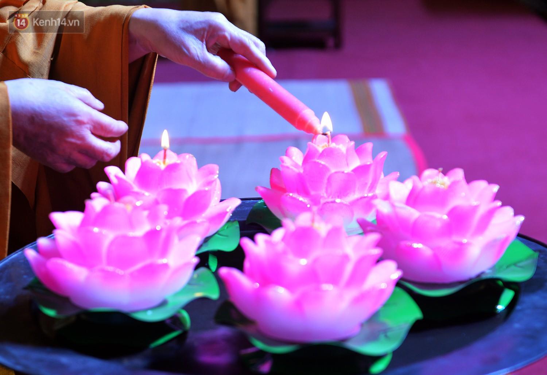Nhiều người cài hoa trắng bật khóc tại lễ Vu Lan tháng Bảy: Ai còn cha còn mẹ thì vui lắm chứ... - Ảnh 4.