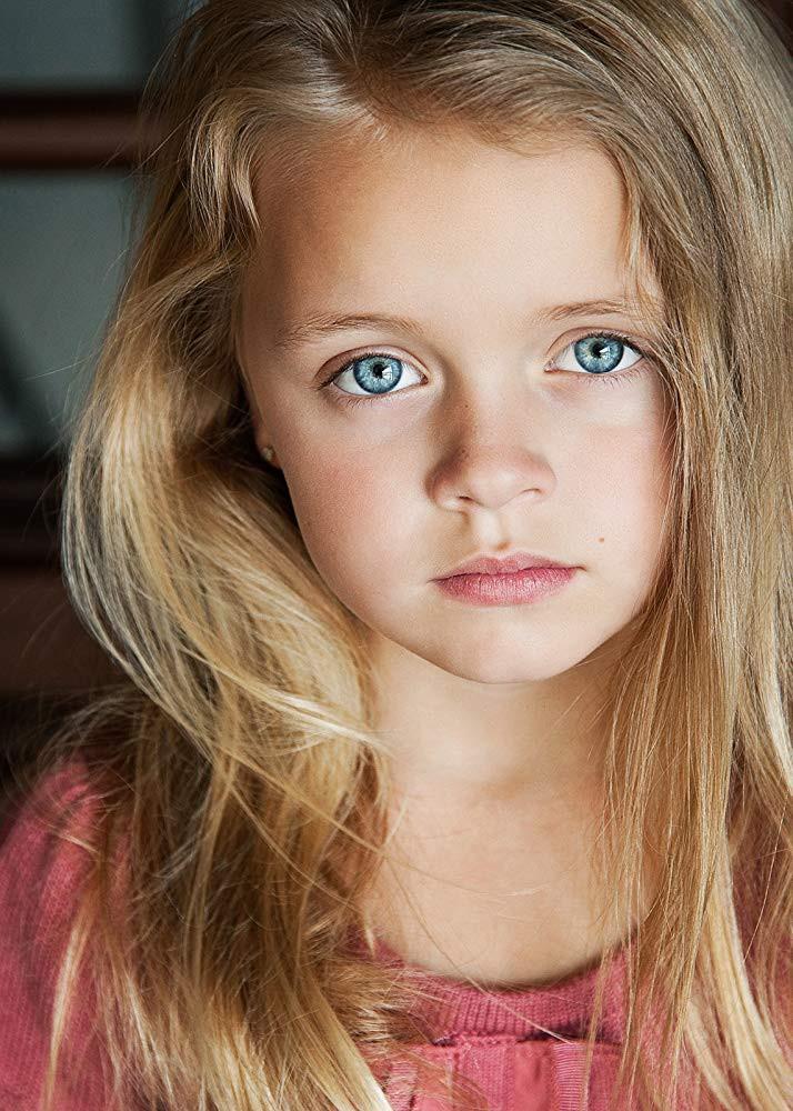 Dafne Keen mang những nét cá tính, sắc sảo.