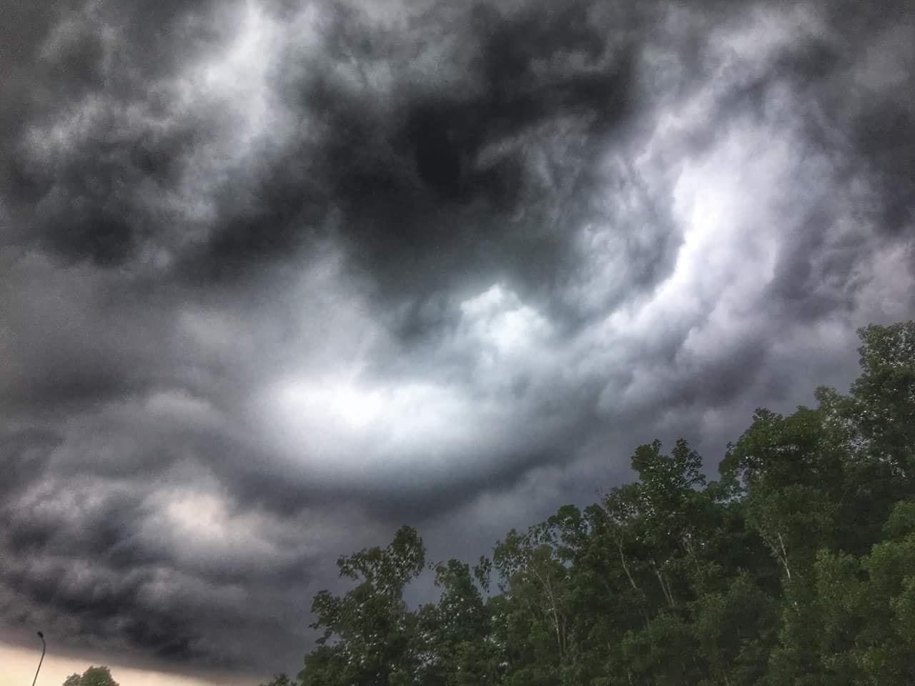 Hà Nội: Mây đen kéo đến phủ kín bầu trời thu đô như trong phim