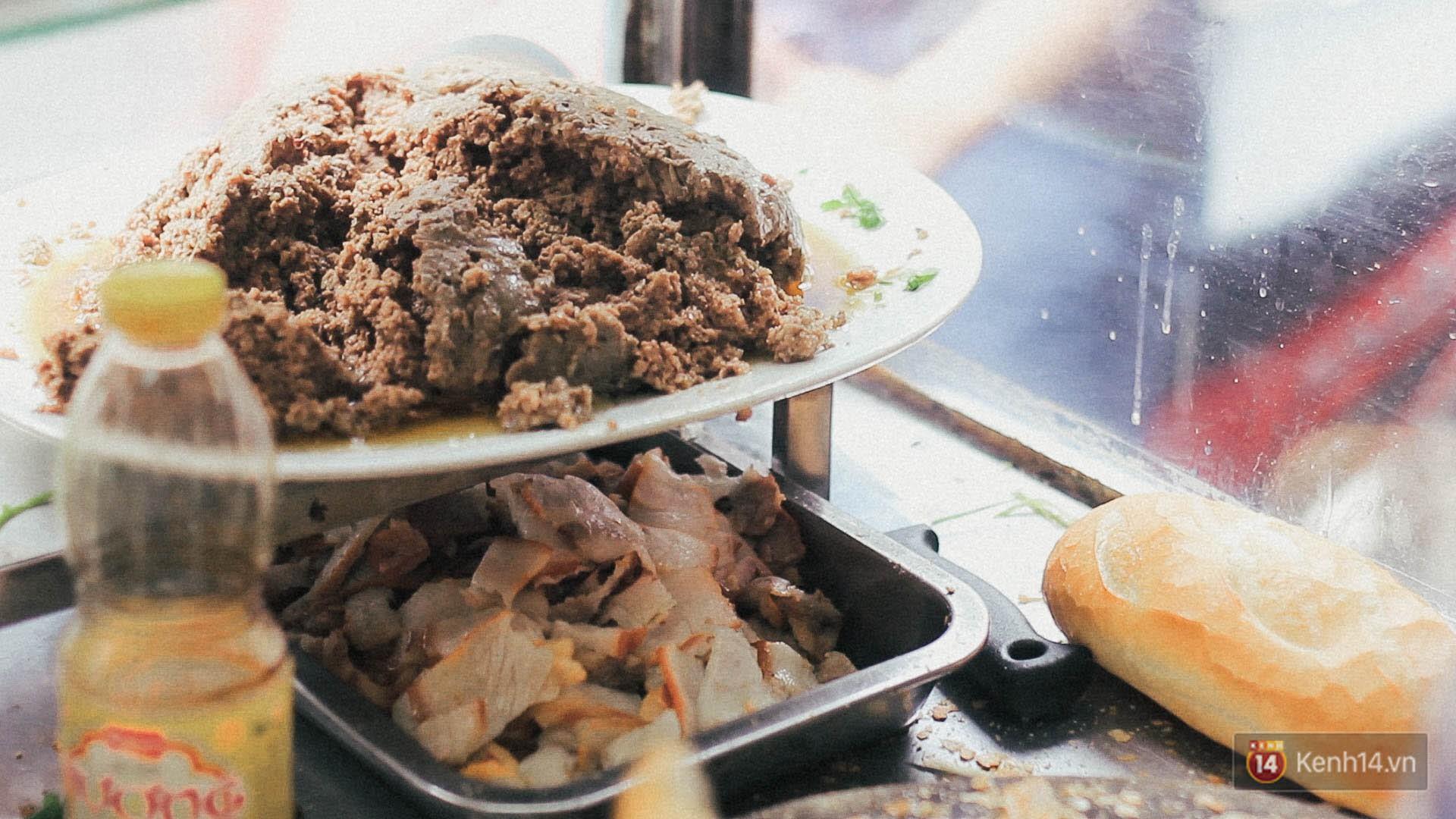 Xe bánh mì nổi danh khắp Sài Gòn gần 1 thế kỷ với món pate nướng thần thánh - Ảnh 4.