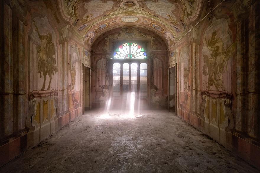 Cùng ngắm nhìn vẻ đẹp ma mị của 25 toà lâu đài và biệt thự bỏ hoang ở châu Âu - Ảnh 4.