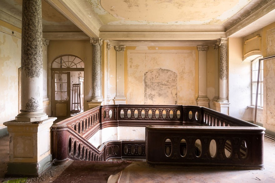 Cùng ngắm nhìn vẻ đẹp ma mị của 25 toà lâu đài và biệt thự bỏ hoang ở châu Âu - Ảnh 46.