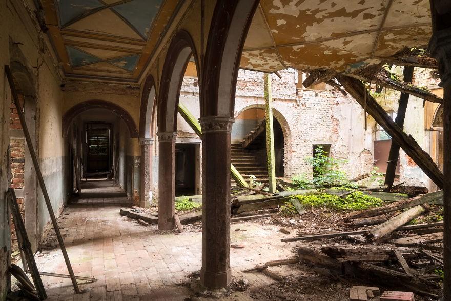 Cùng ngắm nhìn vẻ đẹp ma mị của 25 toà lâu đài và biệt thự bỏ hoang ở châu Âu - Ảnh 50.