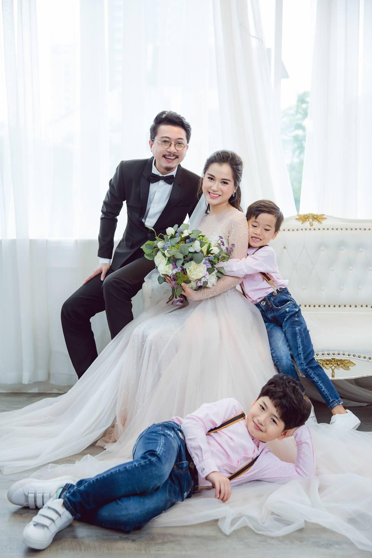 Vợ chồng Lâm Vỹ Dạ - Hứa Minh Đạt cưới lại từ đầu sau 8 năm chung sống hạnh phúc - Ảnh 4.