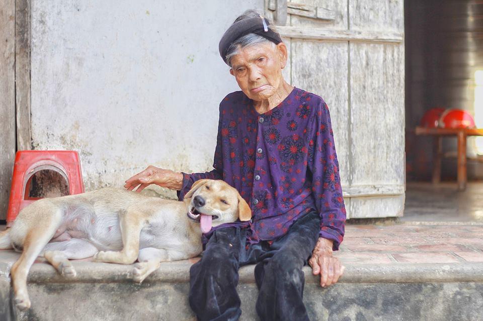Cháu gái khoe ảnh ngoại thân thiết bên chú pet nhưng cộng đồng mạng chỉ cười ngất bởi dáng ngủ siêu lầy lội của chú chó cưng - Ảnh 2.
