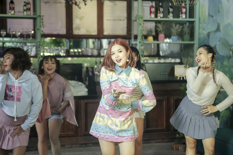 Lật mặt nhanh như Suni Hạ Linh trong MV mới: Đang chuẩn bị tỏ tình với anh này thì lại đổ luôn trước anh khác trong 1 giây - Ảnh 4.