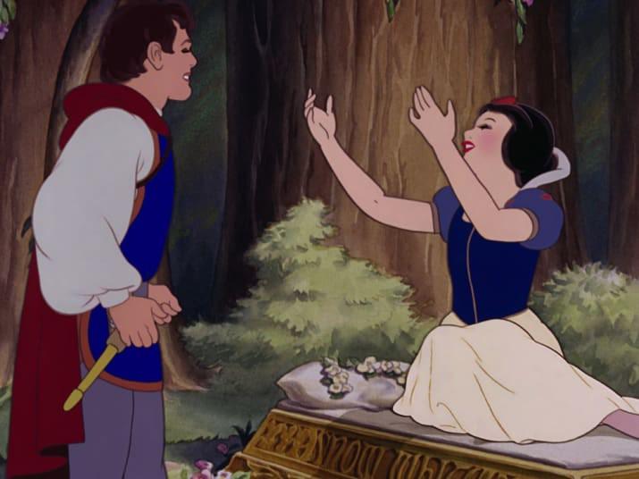 Âm mưu của phù thủy đã thành sự thật, nàng Bạch Tuyết tội nghiệp không bao giờ tỉnh lại nữa.