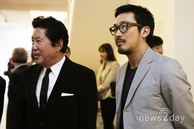 Ha Jung Woo (phải) là con trai của nam diễn viên gạo cội Kim Yong Gun (trái).