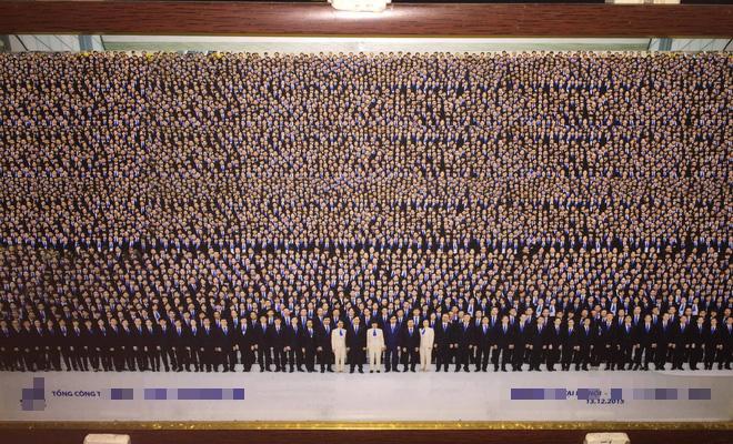 Bức ảnh tập thể công ty khiến cư dân mạng phải lấy kính lúp ra để nhìn mặt mọi người - Ảnh 2.